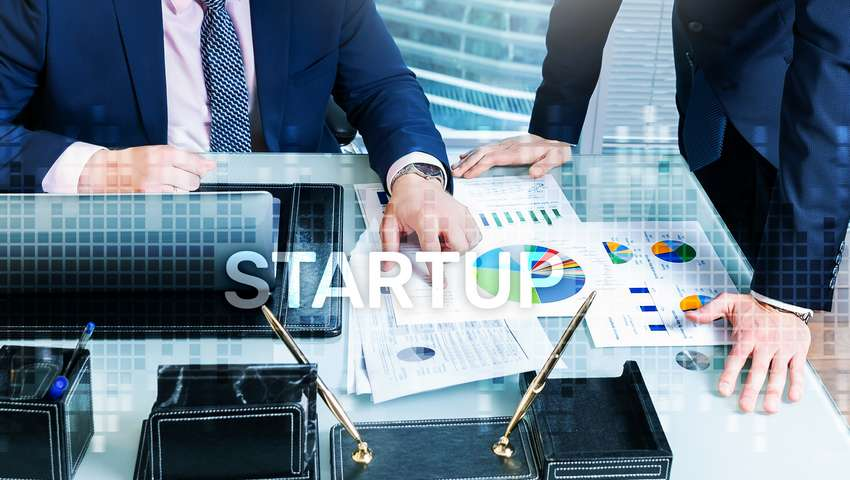 Napis: start-up na tle biura